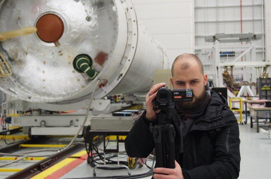 """Raketos """"Antares"""" pirmos pakopos variklis. Šalia jo – """"TV3 Žinių"""" korespondentas Vytautas Dovydaitis."""