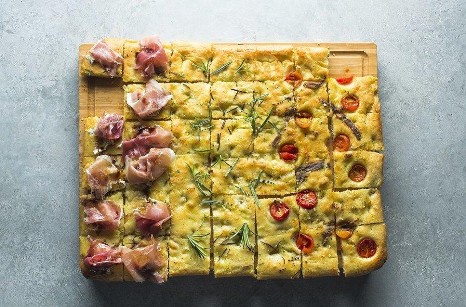 Itališka duona fokačija su įvairiais priedais