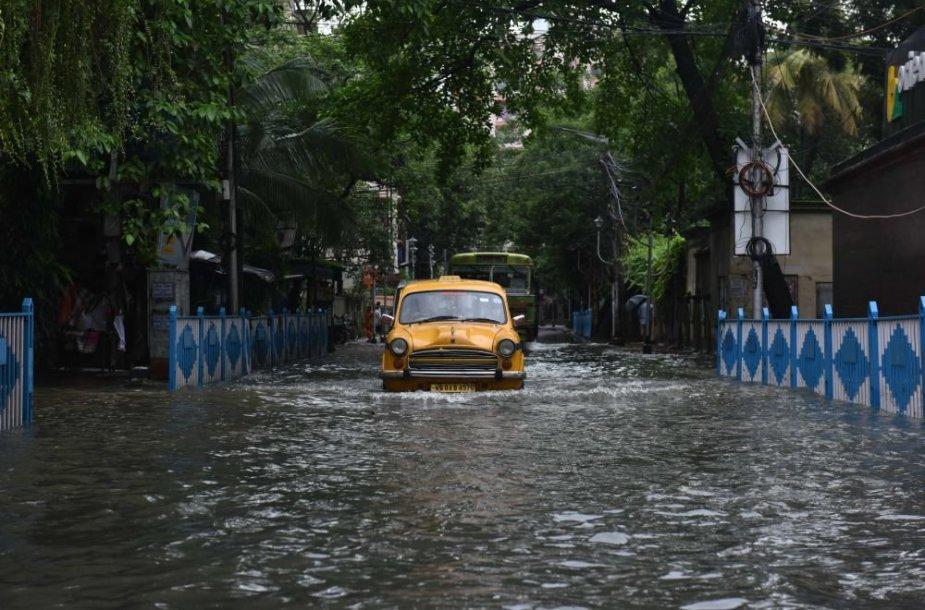 Indiją siaubia liūtys ir potvyniai.