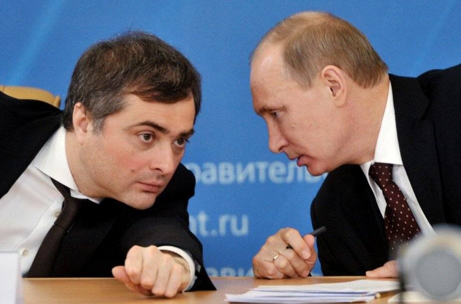 Vladislavas Surkovas (kairėje) ir Vladimiras Putinas