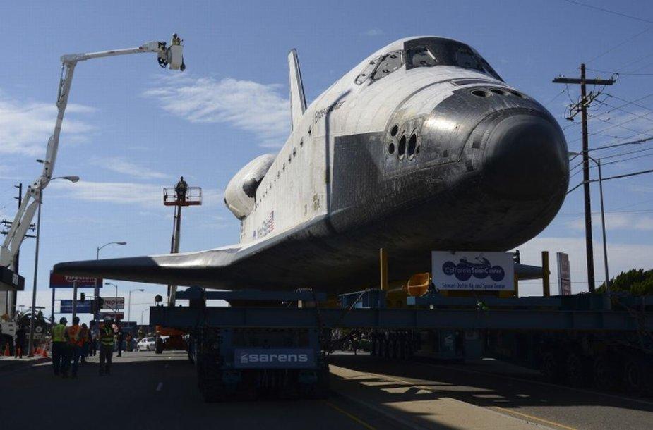 """Erdvėlaivis """"Endeavour"""" vežamas į paskutinę kelionę Los Andželo gatvėmis"""