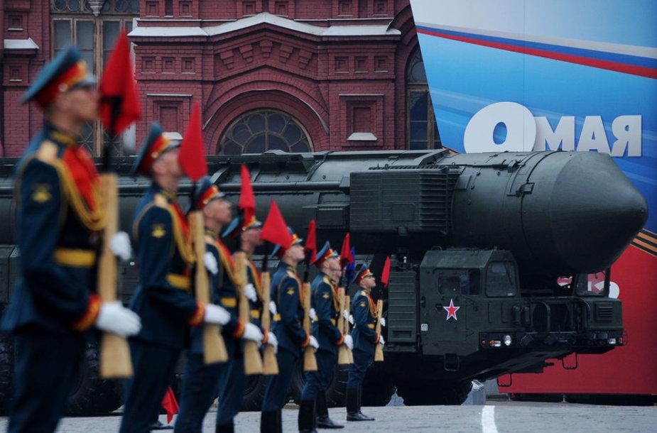 """Vežama Rusijos """"Topol"""" balistinė raketa"""