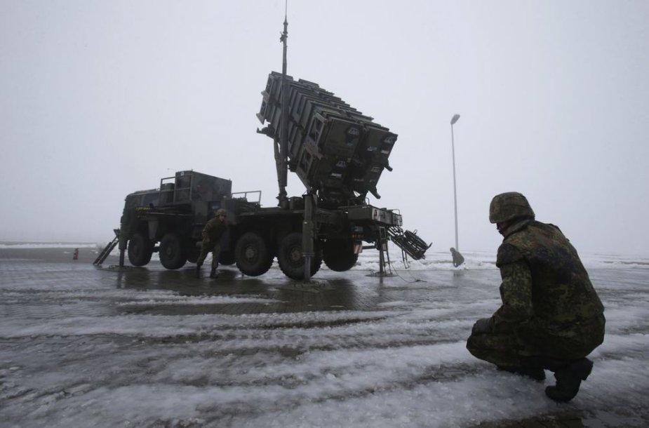 """Vokiečių kariai prie raketų """"Patriot"""" baterijos"""