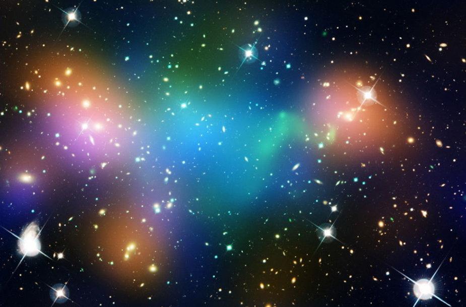 """Sumontuota iliustracija vaizduojanti """"Abell 520"""" galaktikų spiečiuje esančių galaktikų, karštų dujų ir tamsiosios medžiagos pasiskirstymą"""