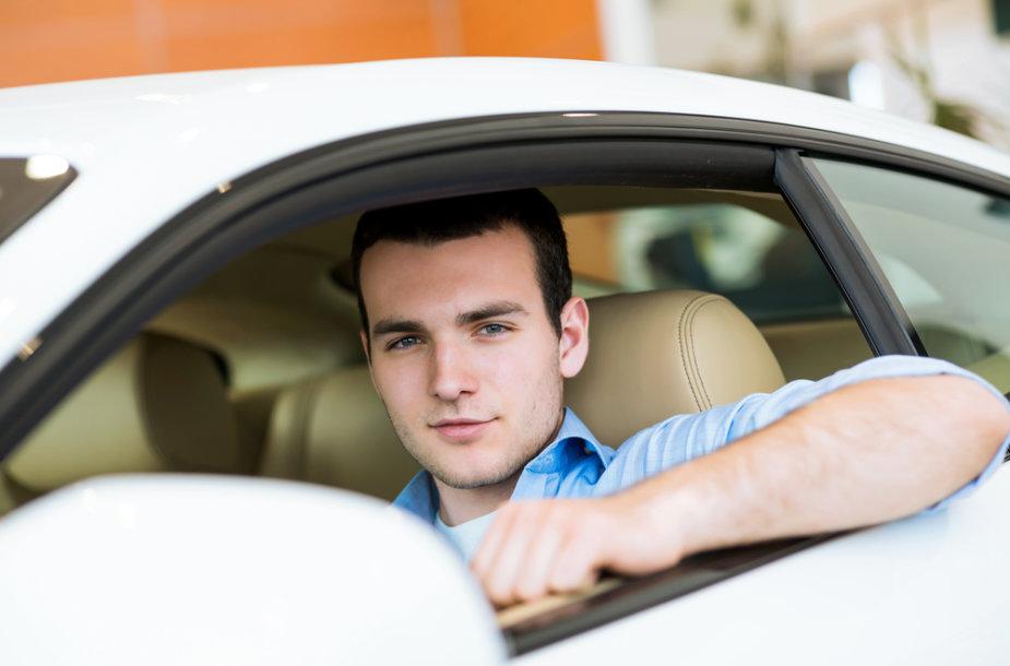 Vyras automobilyje