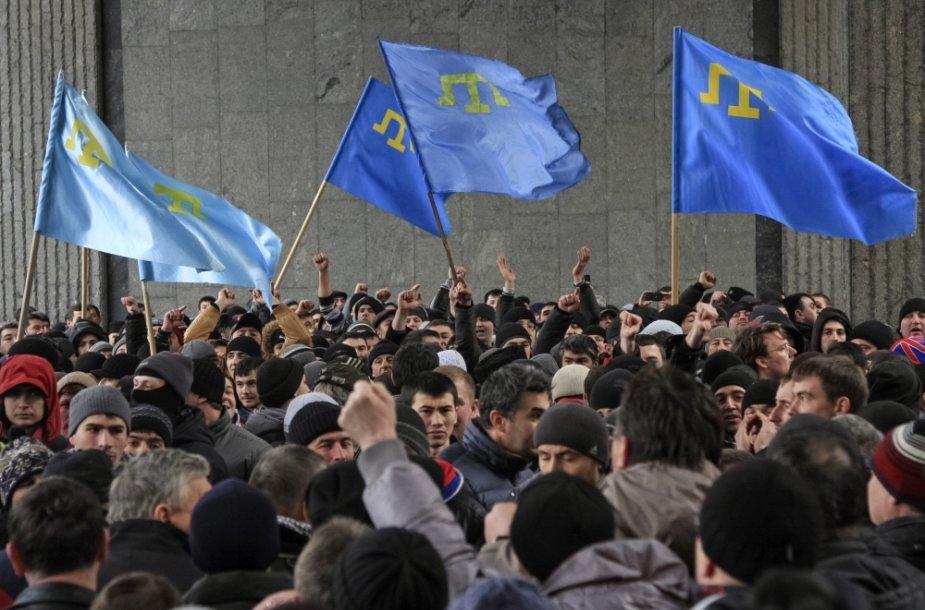 Krymo totoriai piketuoja už Ukrainos teritorinio vientisumo išlaikymą prie parlamento Simferopolyje