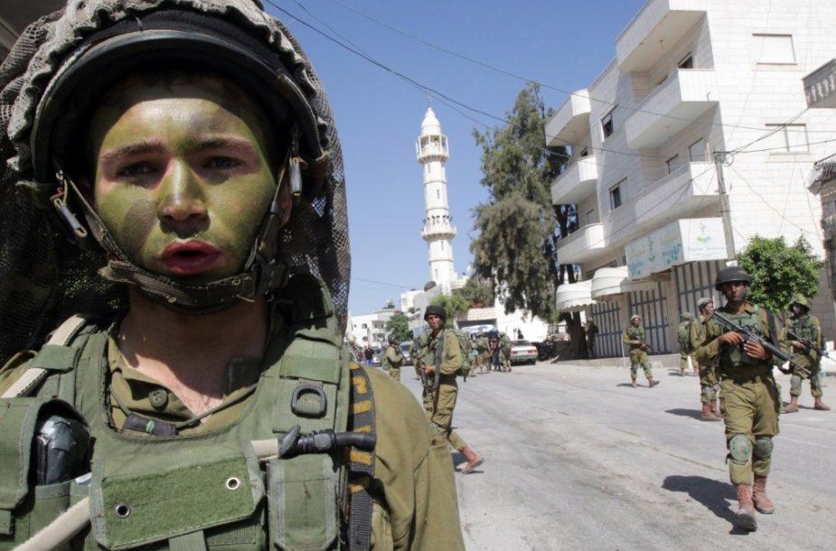 Izraelio kariai Vakarų Krante vykdo operaciją, ieškodami trijų pagrobtų paauglių
