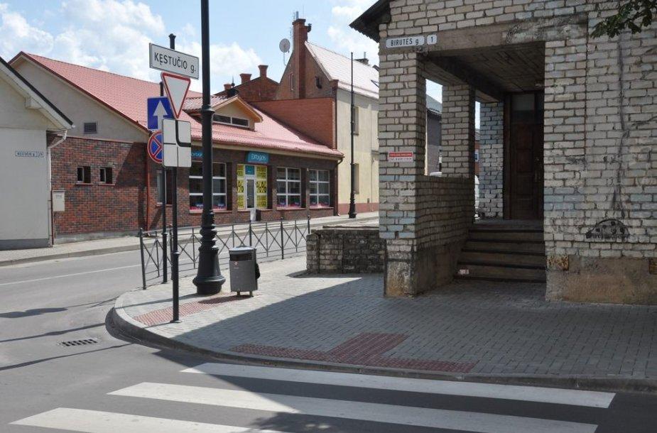 Birutės gatvėje specialus šaligatvis akliesiems, kur Baltąja lazdele prilietus galima atskirti važiuojamąją dalį nuo pėsčiųjų zonos.