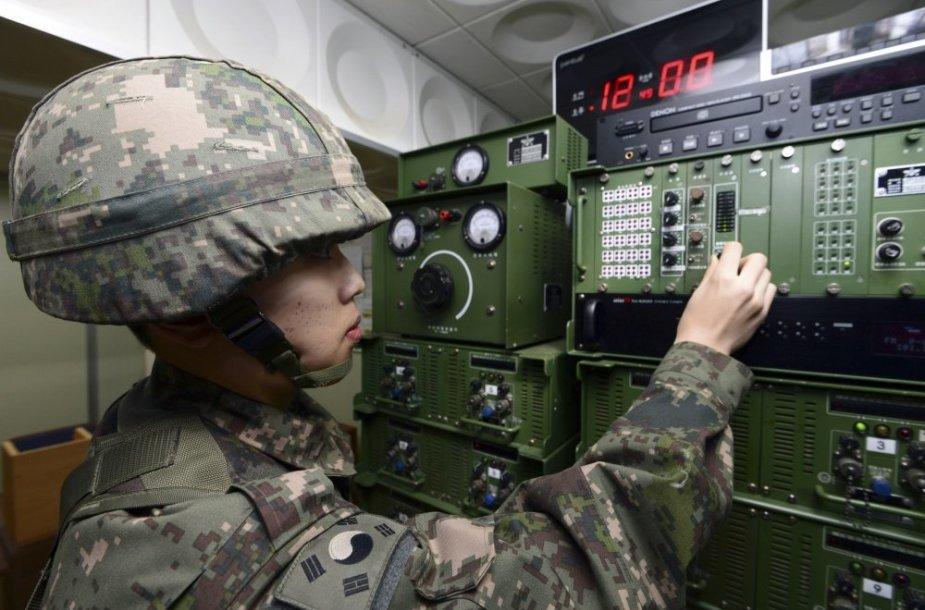 Pietų Korėjos karys įjungia propagandos garsiakalbį