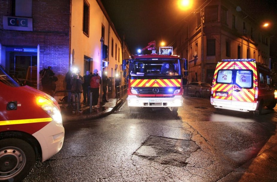 Specialiųjų tarnybų automobiliai blokuoja gatves Tulūzoje.