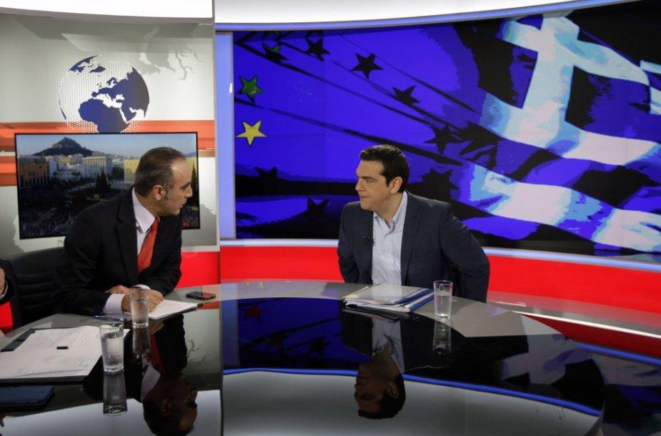 Aleksis Cipras (dešinėje) duoda interviu