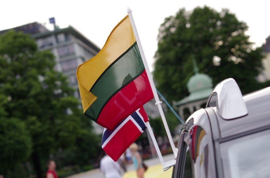 Vėliavėlės ant automobilio, kuris atliko inkaro funkciją keliant aitvarais vėliavą