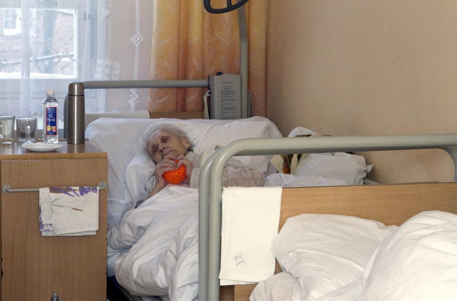 Senatvė ir liga - tikras iššūkis senolio artimiesiems. Vytauto Valentinavičiaus nuotr..