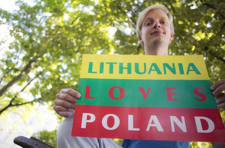 """Akcijos dalyviai fotografavosi su plakatu """"Lietuva myli Lenkiją"""""""