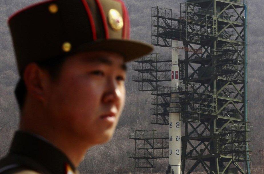 """Karys stovi netoli Šiaurės Korėjos raketos """"Unha-3"""""""