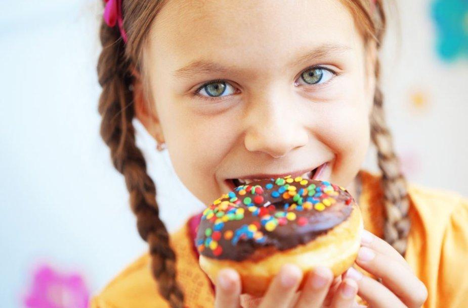 Mergaitė valganti spurgą