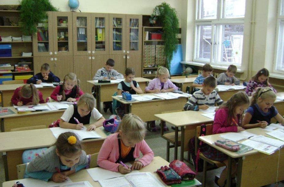 Sendvario bendruomenės nariai įsitikinę, kad vaikai gali mokytis ir remontuojamoje mokykloje.