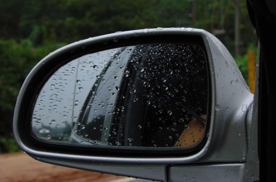 Šlapias automobilio veidrodėlis