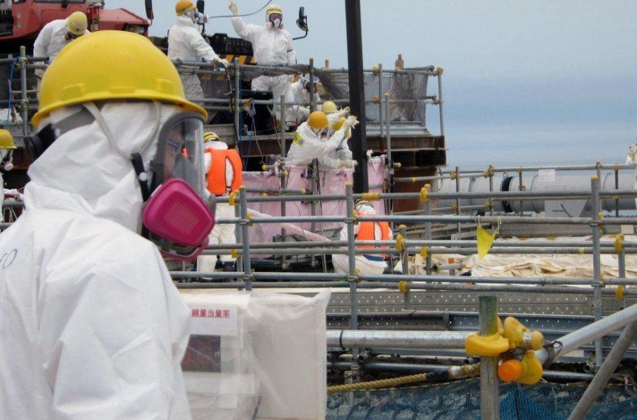 Darbininkai Fukušimos AE teritorijoje
