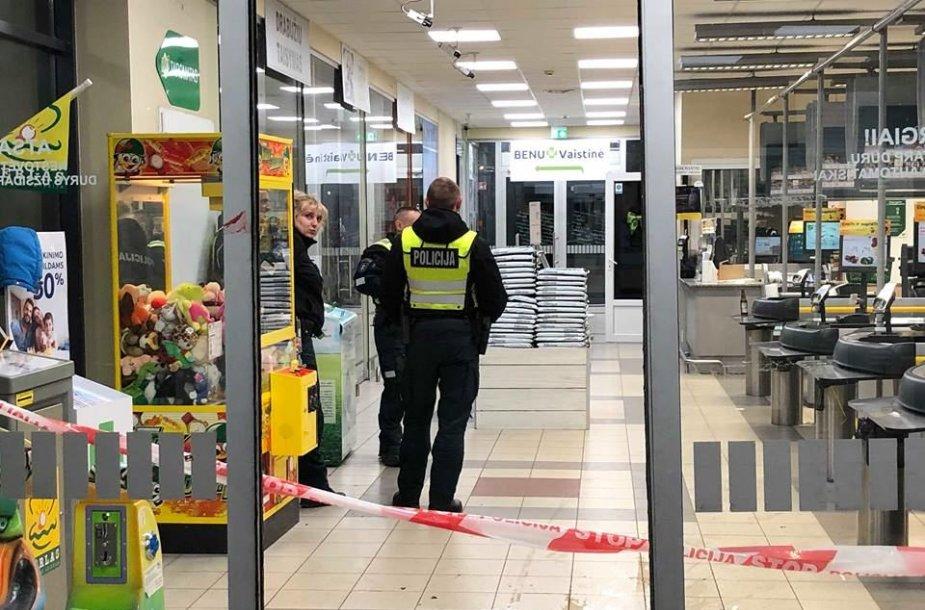 Peiliu ginkluotas vyras peiliu sužalojo keturis žmones