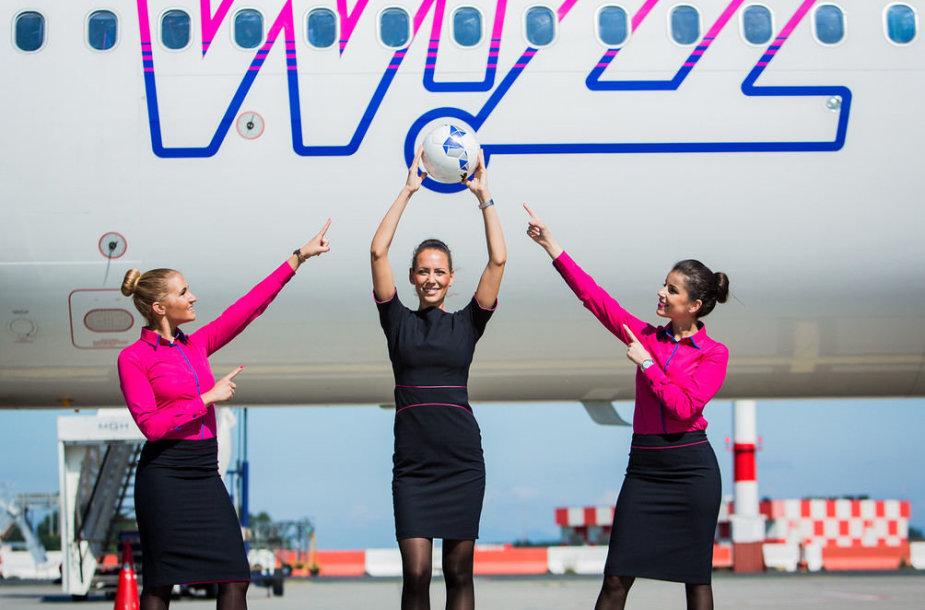 """""""Wizz Air"""" skrydžio palydovės futbolo gerbėjams praneš naujausius rezultatus"""