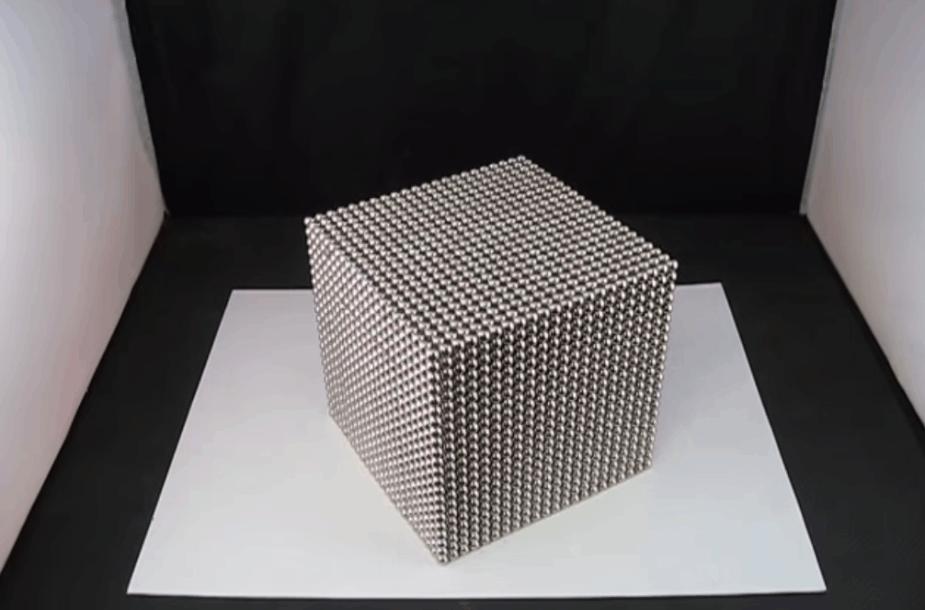 """Magnetiniai """"Bukminsterfulereno"""" rutuliukai"""
