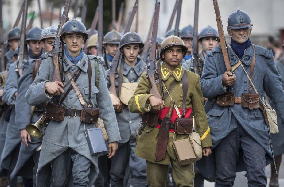 Uniformuoti savanoriai atkūrė didelę karo laikų stovyklą