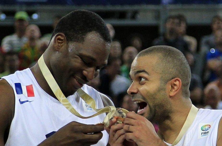 Florentas Pietrusas ir Tony Parkeris džiaugiasi aukso medaliais