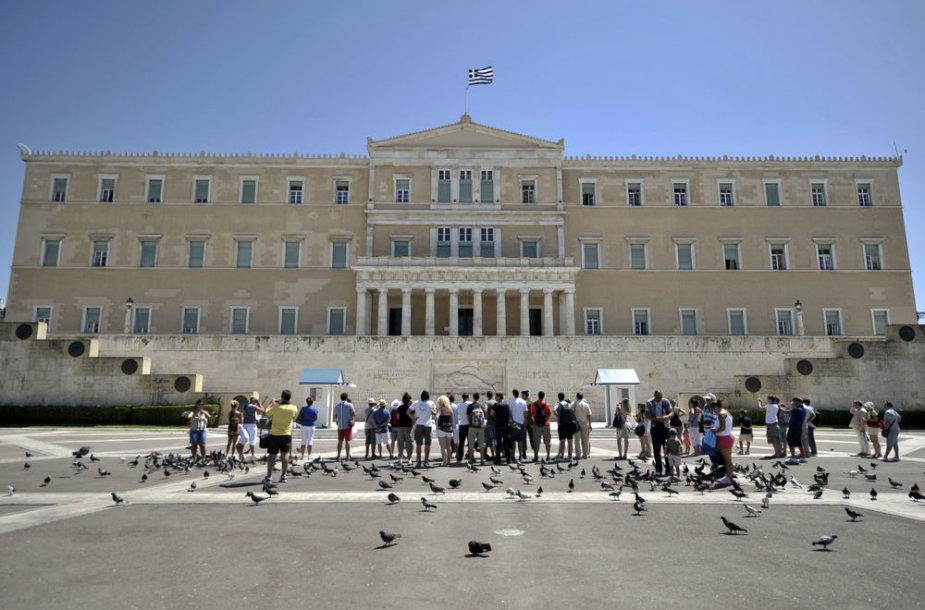 Graikijos parlamentas gali nukirpti ploną šalies virkštelę su euru.