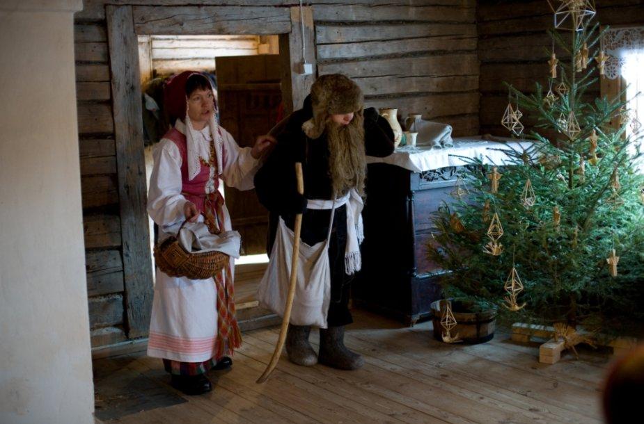 Eglutės puošimas ir dovanų dalijimas – XX a. naujovės