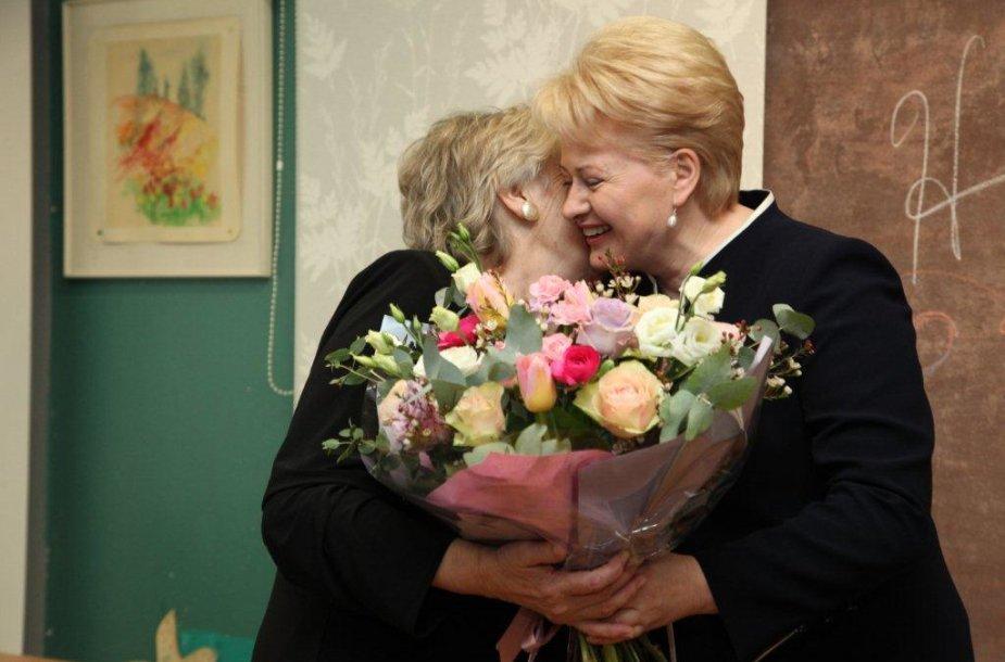 Prezidentė Dalia Grybauskaitė su anglų kalbos mokytoja Stefanija Kasiulaitiene.