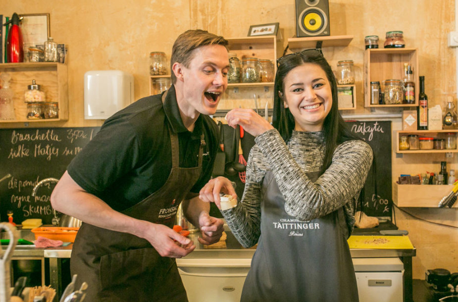 Rokas Spalinskas ir Beata Ignatavičiūtė, išvakarėse vedę Auksinius scenos kryžius, per spaudos pietus stojo su prijuostėmis už baro.