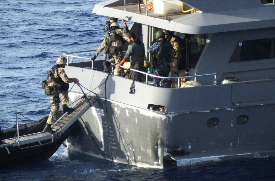 """Lietuvos kariai, dalyvaujantys ES operacijoje """"Sophia"""", aptiko nelegaliai gabenamus ginklus"""