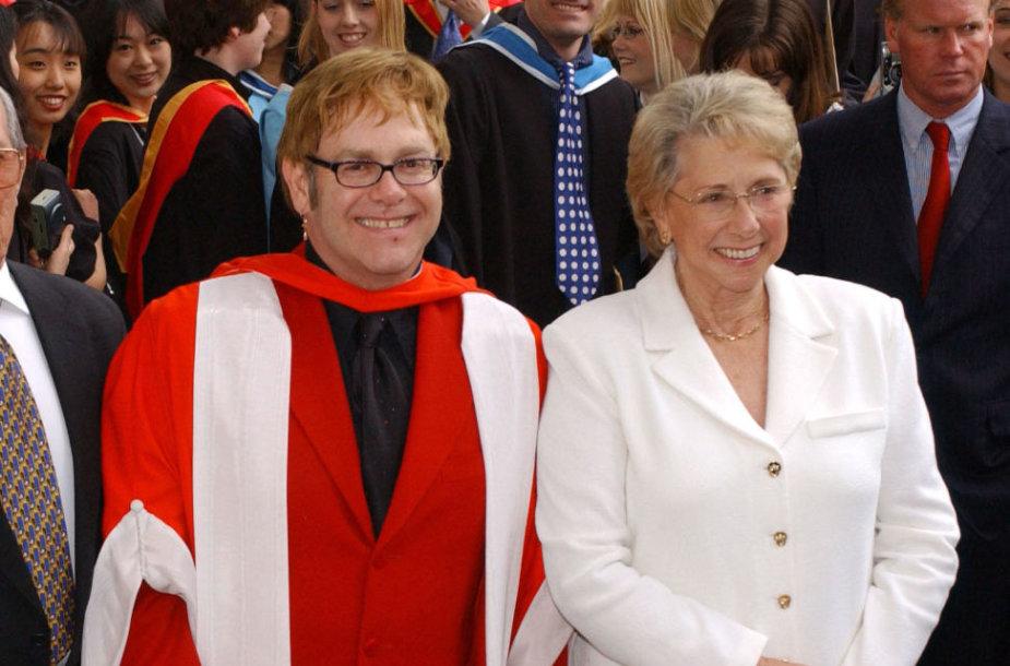 Eltonas Johnas su mama Sheila 2002 metais