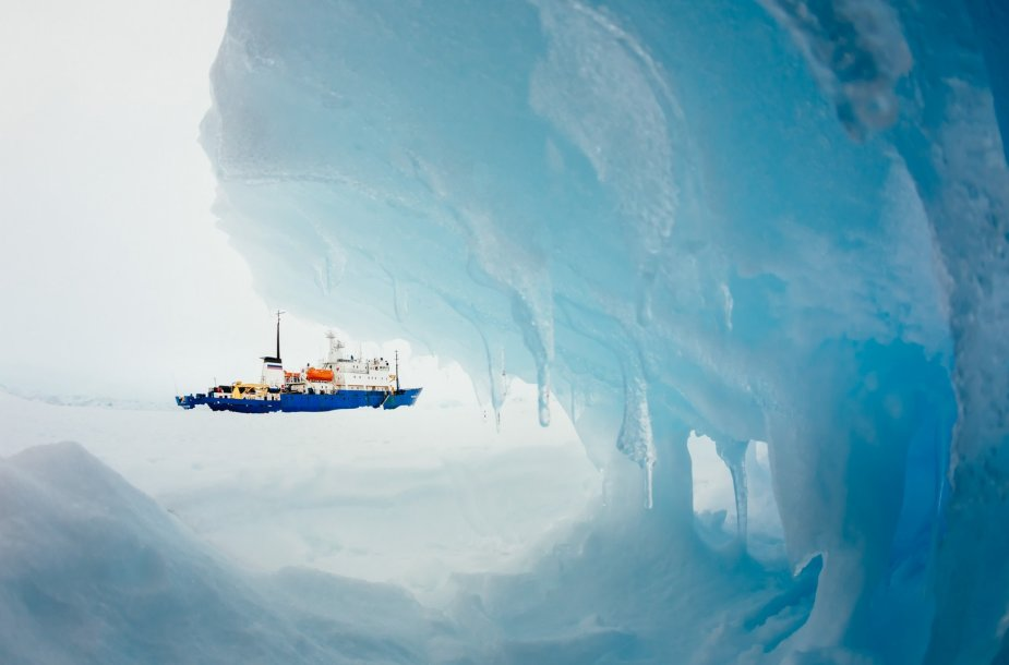 "Antarktidoje įstrigęs laivas ""Akademik Šokalskij"""