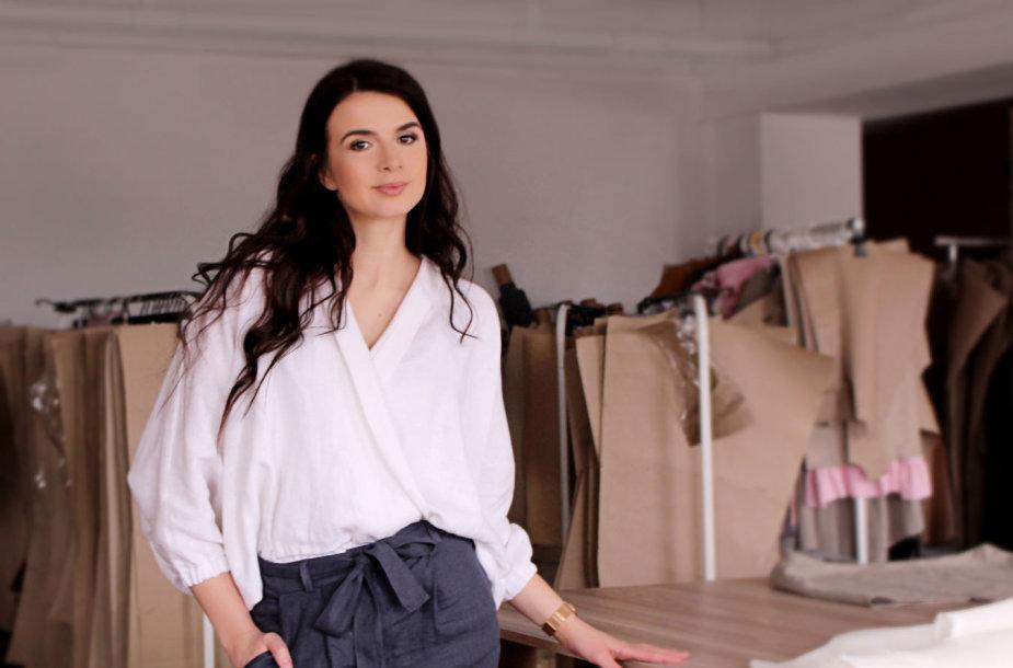 Laura Grašytė siuvimo studijoje