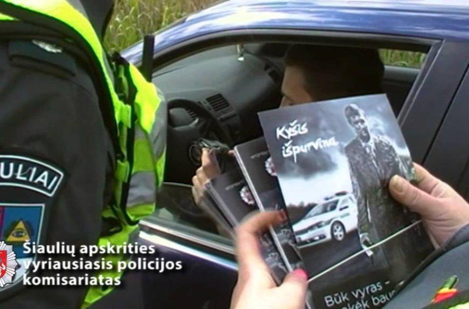 VIDEO kadras: Vairuotojams priminta, kad kyšis išpurvina
