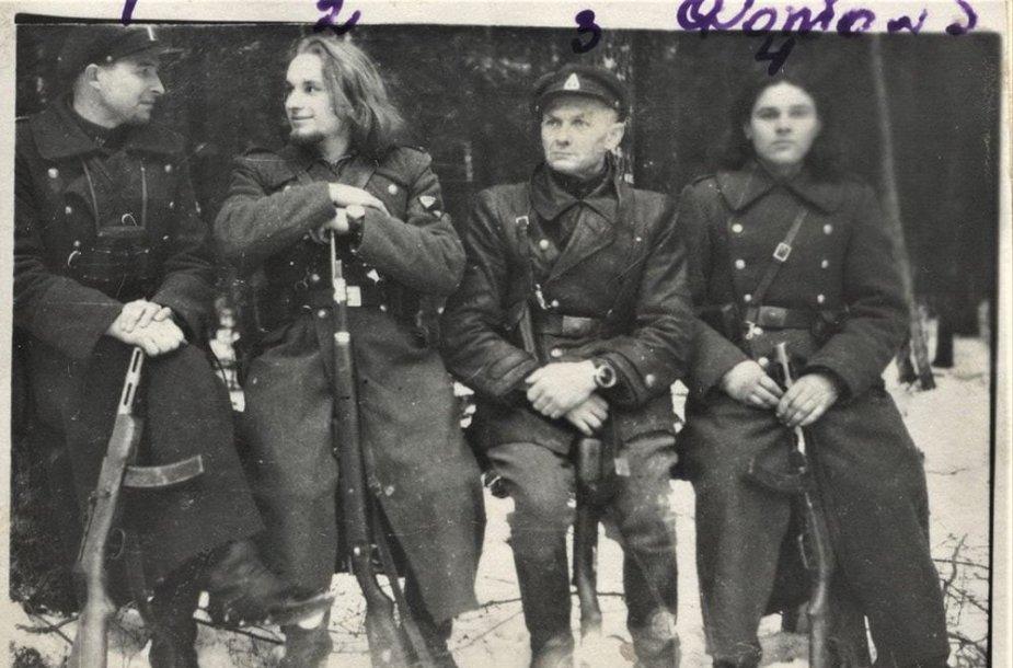 Prisikėlimo apygardos Maironio rinktinės partizanai. Pirmas iš dešinės – Pranciškus Prūsaitis-Lapė. Fotografuota ne vėliau kaip 1950 m.