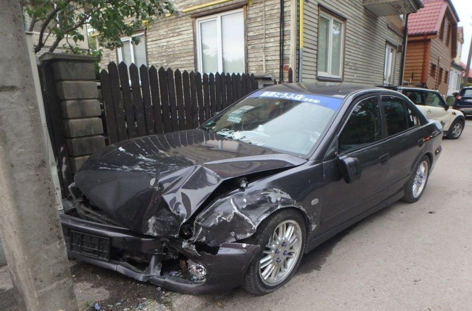 """""""Mitsubishi"""" Kaune apgadino 3 automobilius, skydinę ir stulpą"""
