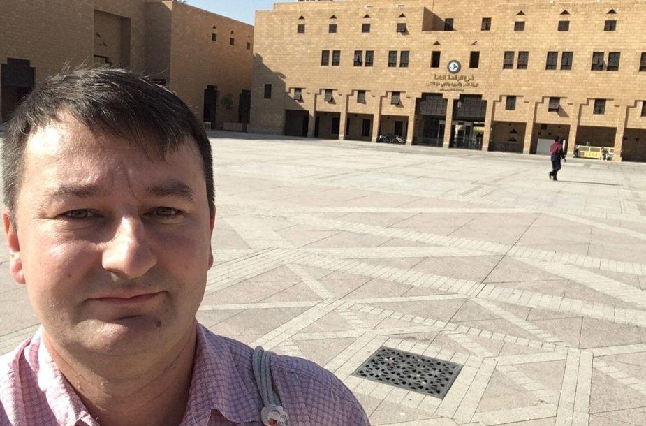 Teisingumo aikštė Riade, kur anksčiau vykdavo egzekucijos, gerindami įvaizdį dabar jas perkėlė į nuošalesnę vietą. Fone - Moralės policijos būstinė