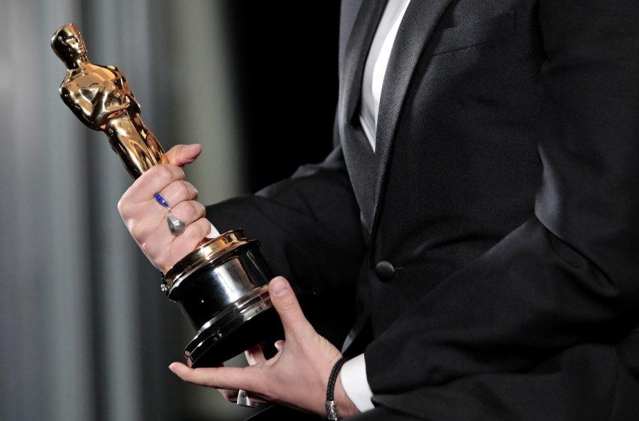 """Florianui Zelleriui įteiktas apdovanojimas už geriausią adaptuotą scenarijų filmui """"Tėvas"""""""