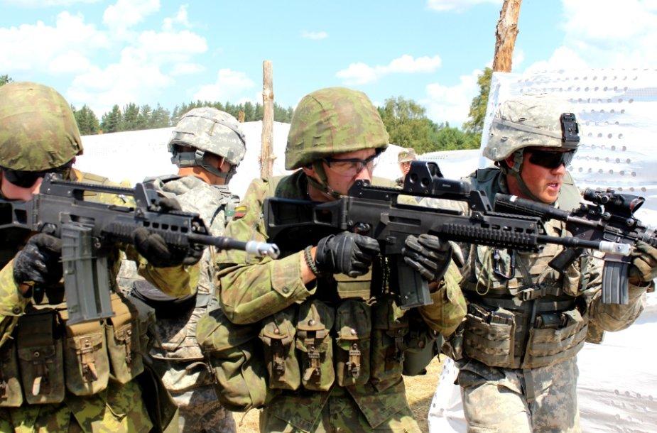 Karinės pratybos Kairių poligone