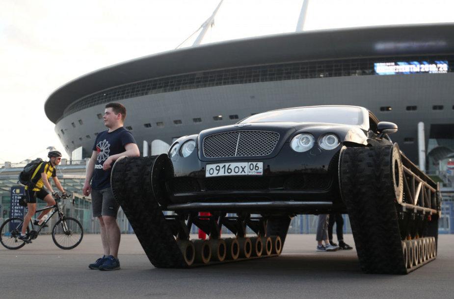 Bentley Continental GT su tanko vikšrais