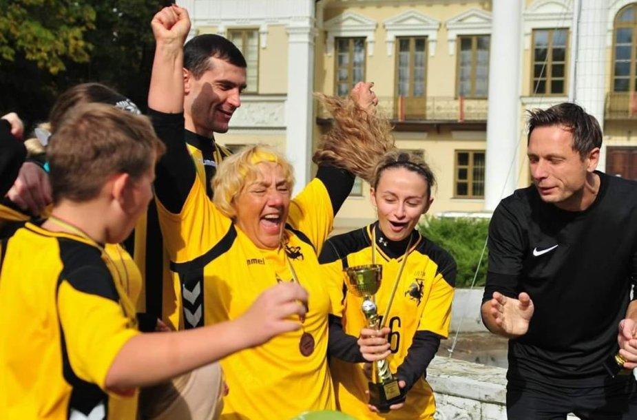 2019 rugsėjis, Paežeriai, Vilkaviškio rajonas,  apdovanojama šeimų futbolo turnyro Vieninga šeima trečios vietos laimėtoja, Kartavičių šeima