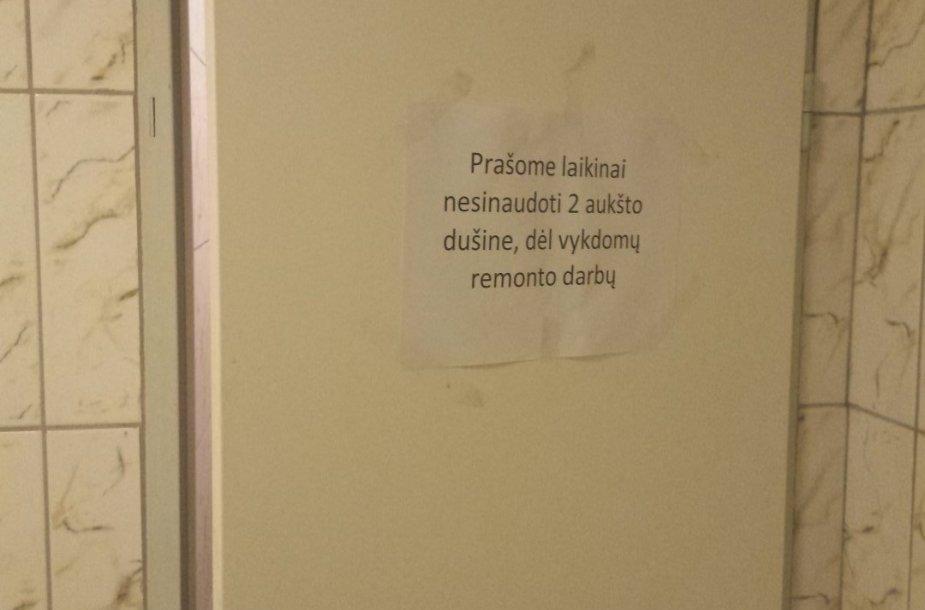 Toks užrašas ant dušinės durų pasitinka VGTU studentus
