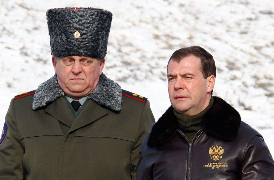 Sergejus Karakajevas (kairėje) su premjeru Dmitrijumi Medvedevu