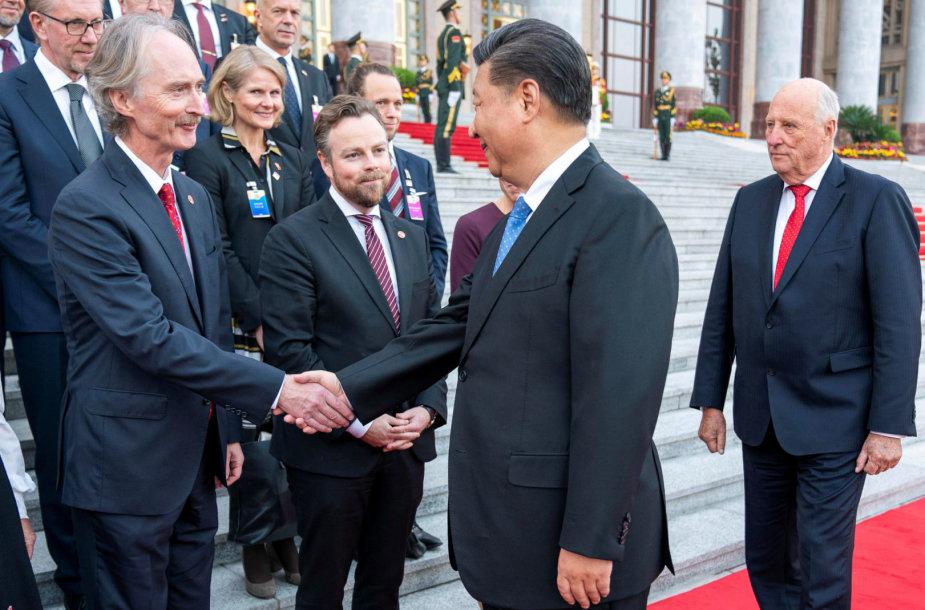 Geiras Pedersenas spaudžia ranką Kinijos prezidentui