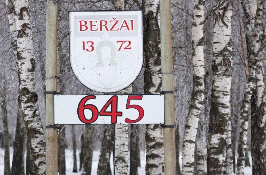 Prieš Beržų miškelį kabo, matyt, vietos gyventojų sumeistrauta lentelė su Beržų kaimo pavadinimu. Išradingi tie beržiečiai!