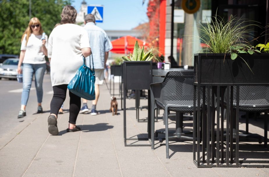 Lauko kavinių staliukai ant Vokiečių gatvės šaligatvio