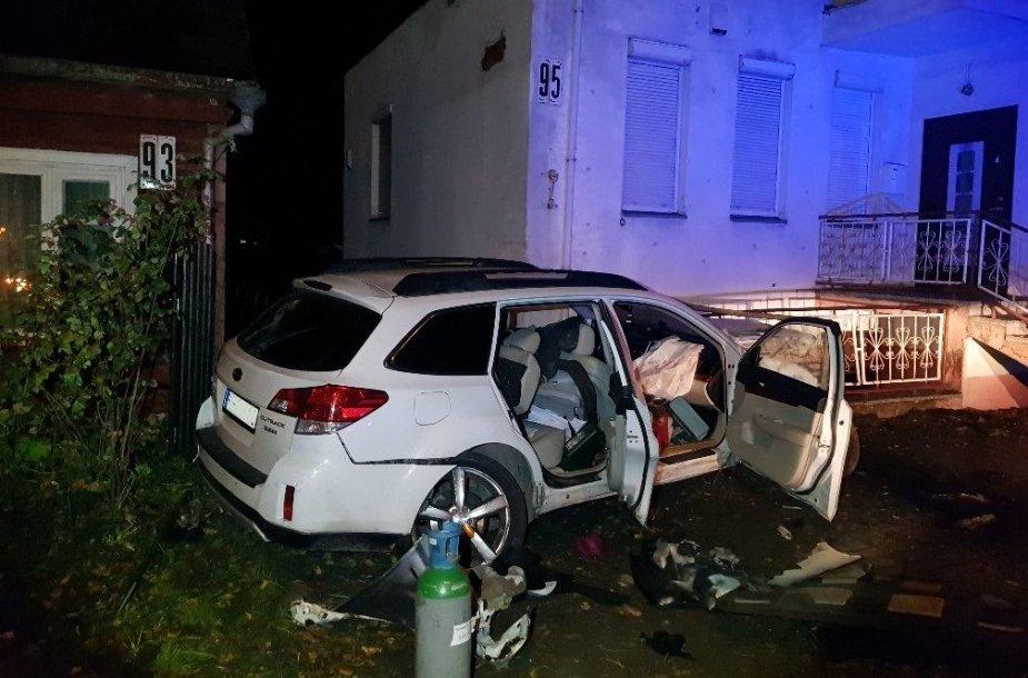 """""""Subaru"""" Kaune kliudė stulpą, medį, išvertė tvorą ir apgadino namą"""